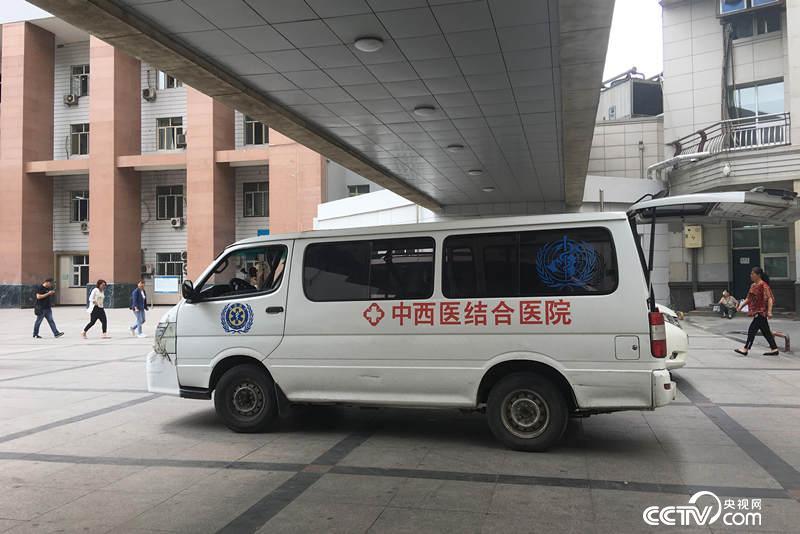 哈医大一院住院处院内的非正规救护车