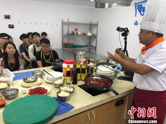 """四川一高校开设""""美食课""""学生吃着火锅就能修学分"""