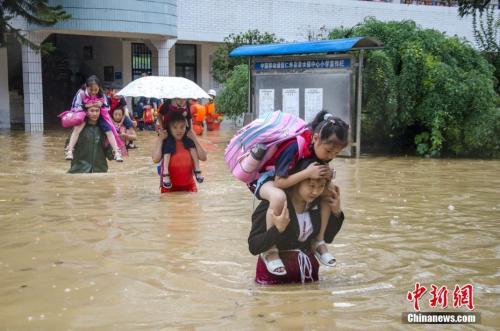 7月2日,四川仁寿县清水镇遭遇暴雨袭击,清水小学进水被淹,当地迅速启动防汛应急预案,1093名师生全部安全转移。 梁卫东摄