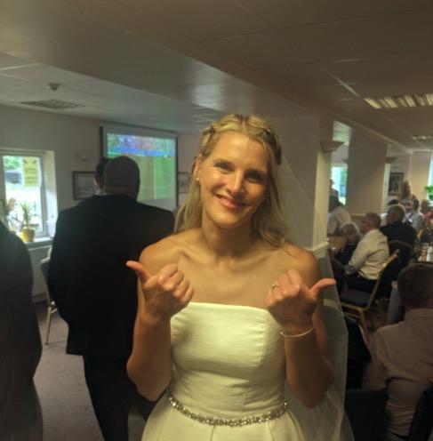 婚礼恰逢英格兰战瑞典,现场投影仪转播比赛