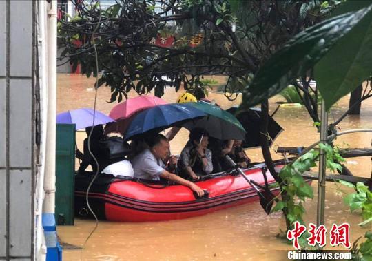 广元消防官兵紧急转移被困群众。 廖涛摄