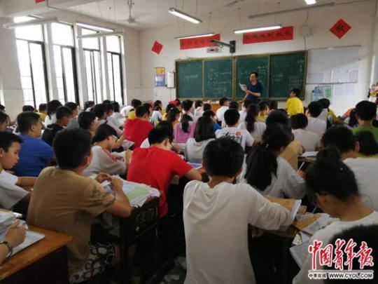 """湖南新化县""""超级大班""""800多个 教育局腾地方办学"""