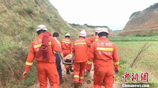 体重200斤男子雨夜饮酒后摔下50米山坡次日获救