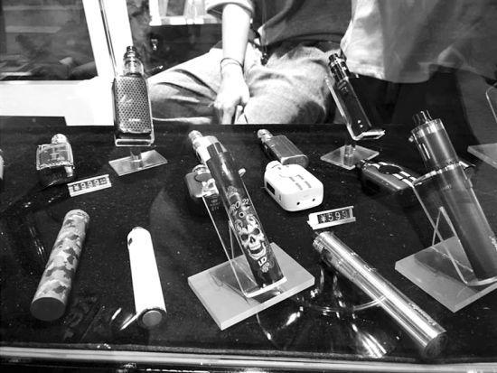 商店里售卖的各式电子烟