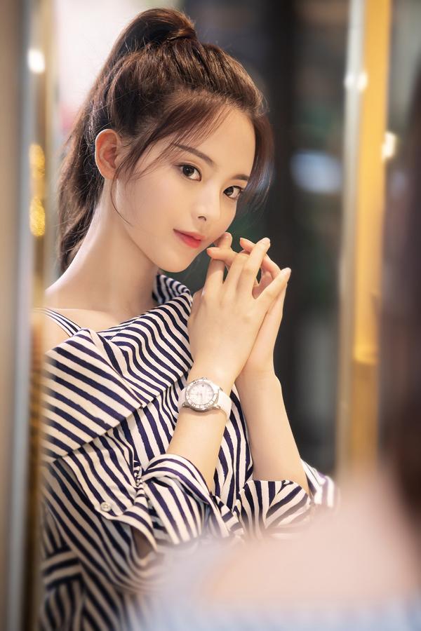 甜美的邻家少女杨超越 竟然对腕表那么痴迷
