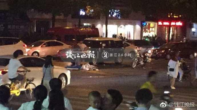 杭州:一奔驰车撞倒十余人,已致2人死亡