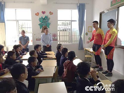 唐凌峰等骑行途中走进小学宣传公益项目。(唐凌峰提供)