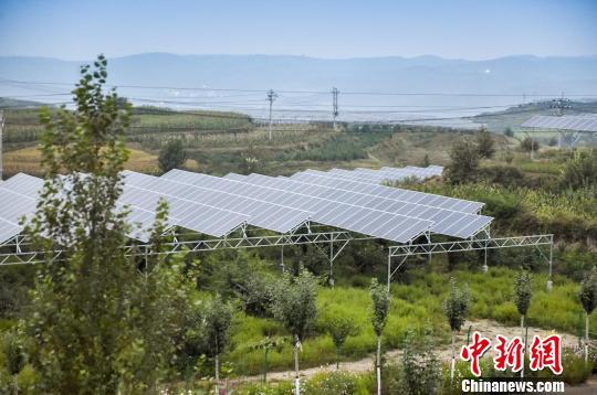 与宁武县相隔100多公里的偏关县则在探索通过光伏发电带动贫困户脱贫。 苏航摄