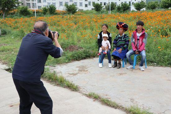 摄影师正在为村民拍照。余洋摄