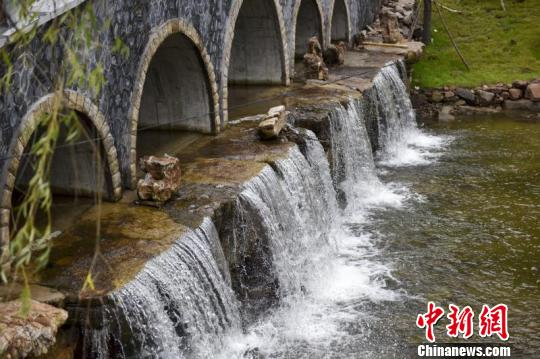 宁武县通过资源整合和深度开发,整体布局旅游景点,逐渐将旅游资源培育为支柱性产业之一。 苏航摄