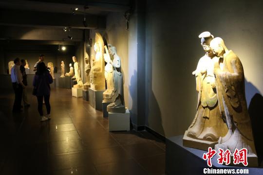 图为取材于世界文化遗产麦积山石窟的彩塑作品。 徐雪摄
