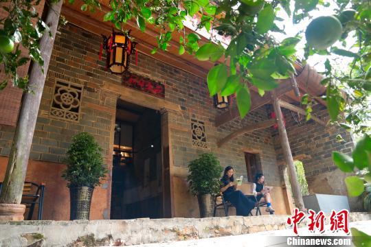 """余干县杨埠镇汤源村一处闲置的老房子""""变身""""耕读小屋,成为村民和游客休憩阅读的好去处,让整个村庄弥漫着浓浓的""""书香味""""。 王成前摄"""