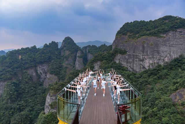 属丹霞地貌,生态型自然风景区,是一个美若仙界的景观群落.
