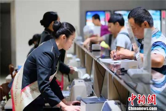 广州白云机场迎来长假返程客流高峰
