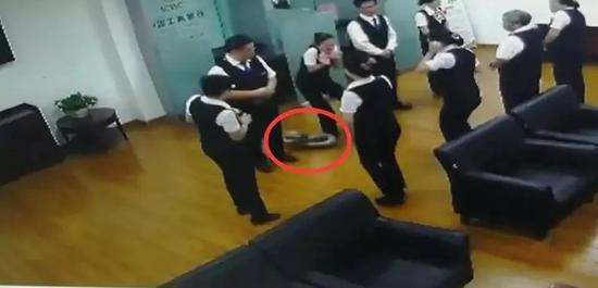 南宁一银行员工开会中,天花板突然掉下大蟒蛇…