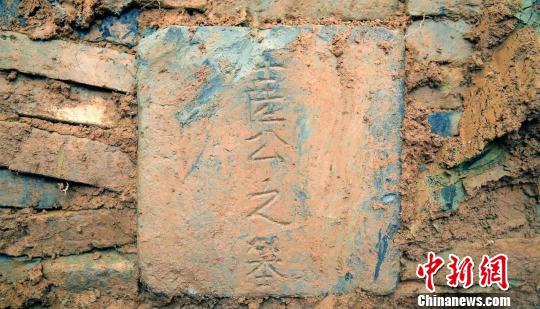 图为:古墓墓碑罗嘉亮摄
