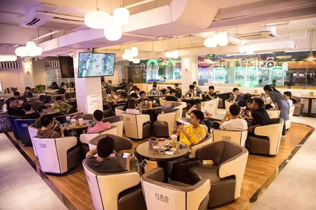 这是在台山转让的一个手游馆,使用面积300平方米转让+设备费仅15万,可见市场有多差