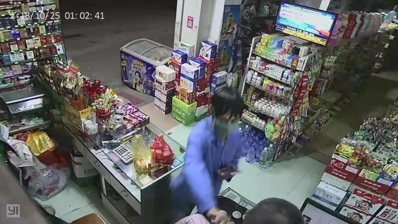 """男子持刀抢劫超市 反被老板""""胖揍""""后扭送公安局"""