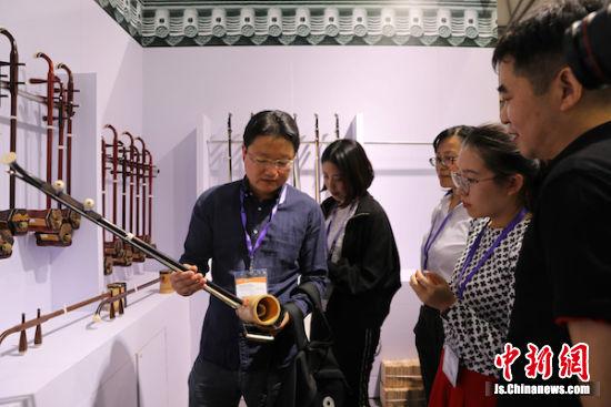 """梅村二胡企业""""组团""""亮相上海国际乐器展。"""