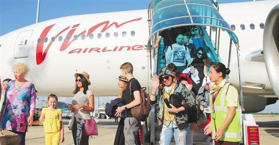 2017年7月11日17时许,133位俄罗斯客人乘坐莫斯科—海口直飞航班抵达海口美兰机场,标志着莫斯科⇌海口直飞定期航线正式开通。 本报记者张茂摄