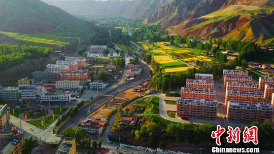 图为秋季的肃南县城。(资料图) 武雪峰摄