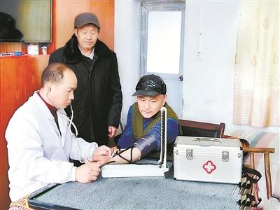 冷孟光现在把时间和精力投入到乡村医生工作中。图为冷孟光到兰溪镇敬老院义务为老人们量血压、测血糖,免费送药上门,为老人们服务。龙焕明摄