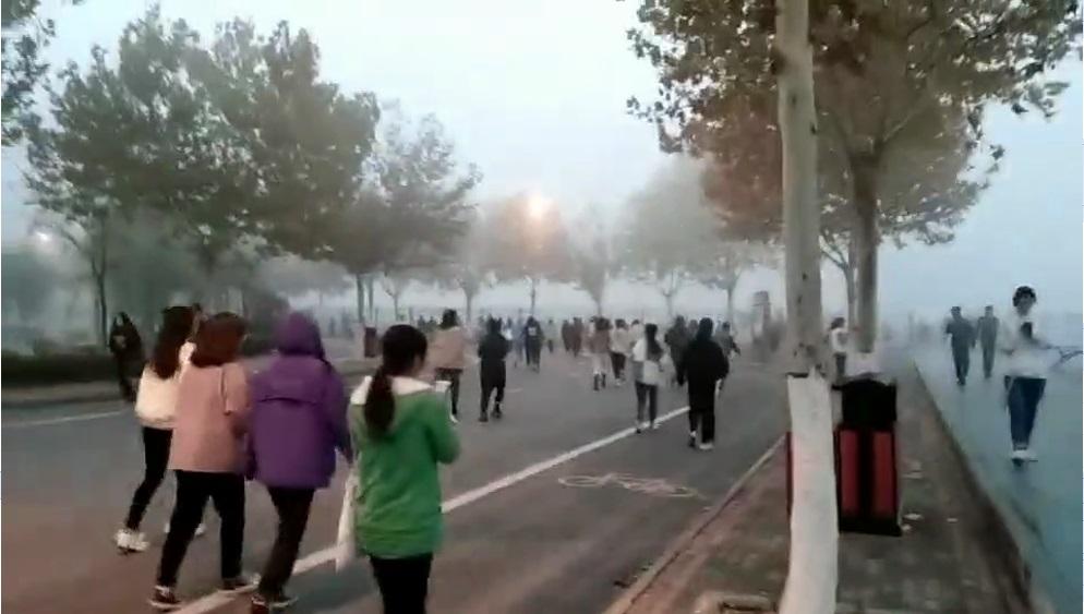 郑州一高校学生雾霾天晨跑,校方:没强制,可周末补跑