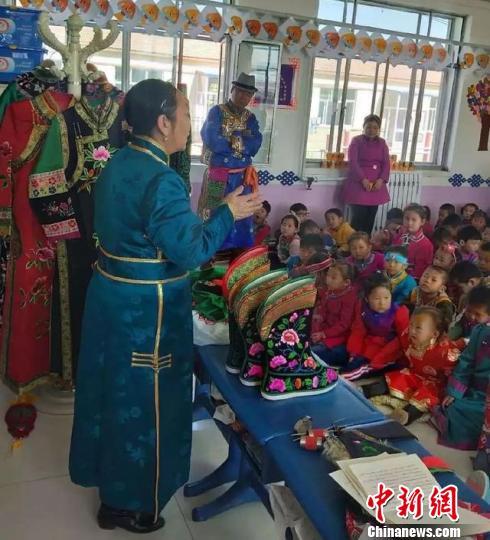 图为萨仁格日乐走进课堂,为孩子们讲课。 赤峰市旅游发展委员会供图摄