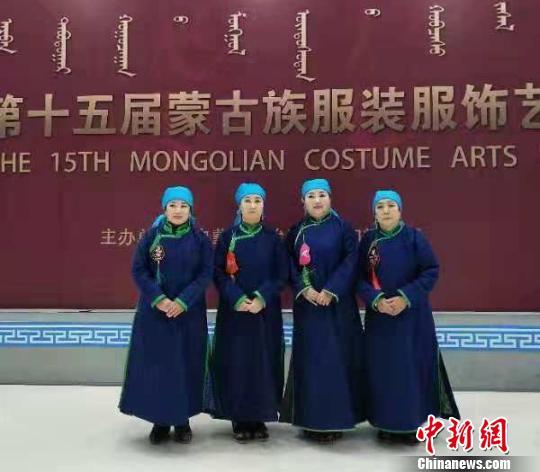 图为萨仁格日乐和队友身着妈妈和奶奶留下的巴林蒙古袍进行展示(右一为萨仁格日乐)。 赤峰市旅游发展委员会供图摄