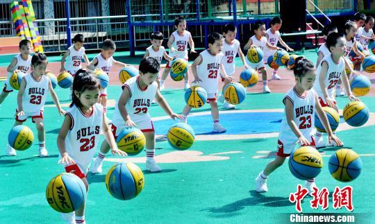 文化教育  资料图:幼儿园的小朋友正在表演双手花样拍球.