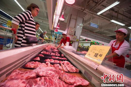 资料图:民众在超市购买猪肉。 张云摄