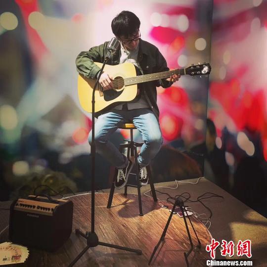 上世纪80年代末,用吉他弹唱民谣成为了大学里重要的社交活动,写歌也成为了一种记录青春的方式。 芊烨摄