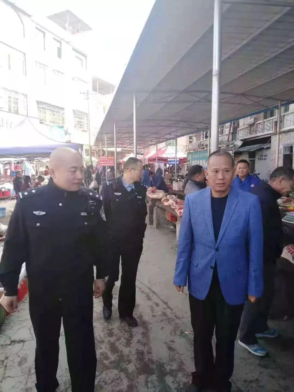 崇义县森林公安局聂都森林派出所与林业工作站在农贸市场开展联合执法