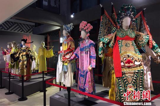 图为重庆川剧博物馆展出的川剧戏服。 张颖绿荞摄