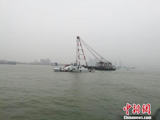 海巡船正在现场进行救援和交通指挥上官信摄