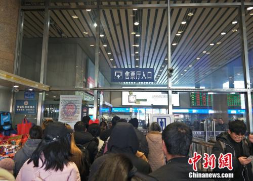 资料图:拥挤的售票厅入口。姚露摄
