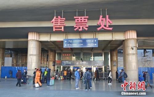资料图:北京西站售票处。姚露摄