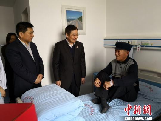 中国侨联顾问、中国华侨公益基金会理事长乔卫和甘肃省委统战部副部长万泽刚一行看望患者,祝愿他们早日康复,重见光明,幸福生活。 丁思摄