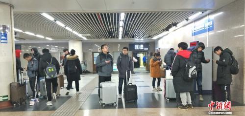 资料图:正在车站内候车的旅客。姚露摄