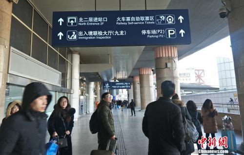 资料图:前往自助取票区的旅客。姚露摄