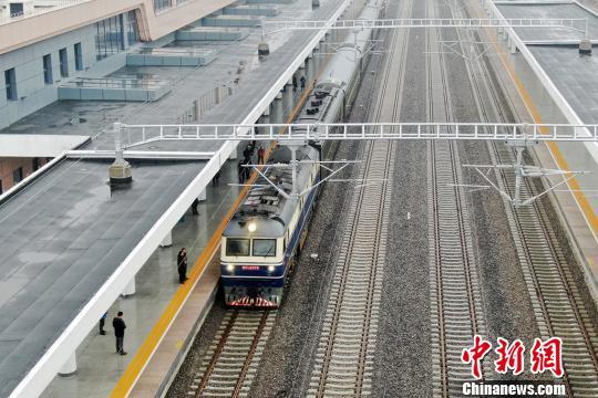 首发列车抵达启东车站。 许丛军摄