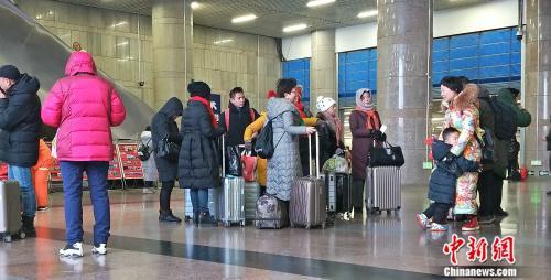 资料图:北京西站正在候车的旅客。姚露摄