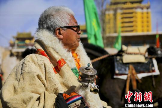 参加活动的藏族民众。 夏雪东尔摄