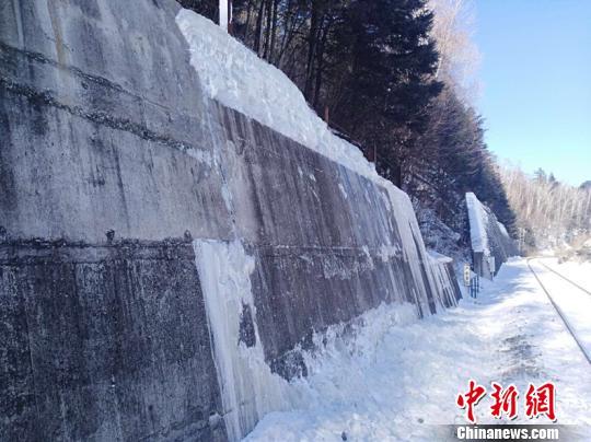 图为清除冰雪后的挡墙。(吕金奎摄)