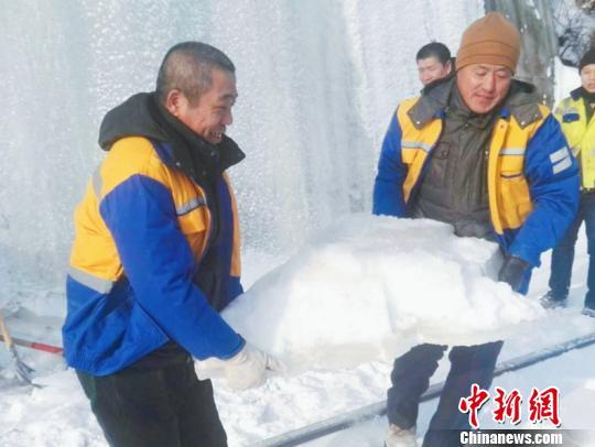 图为桥隧工们在除冰。(吕金奎摄)