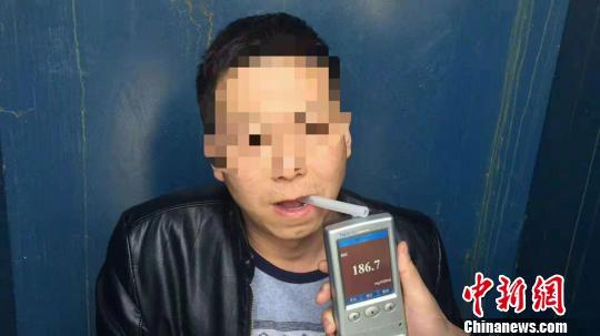 经呼气式酒精检测,酒驾男子检测值为186.7mg/ml。 杨含龙摄