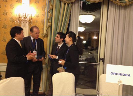 胡晓东向威尼托大区商会联盟主席弗兰克·马塞(左二)介绍亚欧博览会