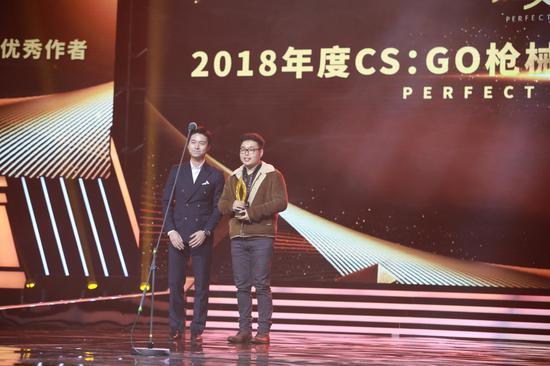 CS前世界冠军Alex为CSGO枪械皮肤设计大赛优秀作者卷毛能颁奖