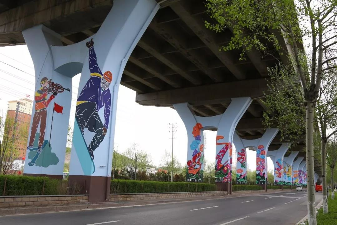 为提升城市出入口区域城市整体形象,张家口桥西区在去年打造平门大街景观提升工程基础上,今年继续向西延伸到五墩台村路段,采用彩绘方式,打造展现奥运文化、张库大道文化、堡子里文化为主题的高架桥体文化长廊.