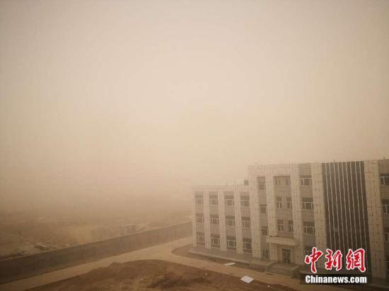 3月20日,新疆南部多地出现沙尘暴天气,巴州、阿克苏、和田、喀什等地均出现能见度低的沙尘暴天气。因天气原因,当天12时前喀什飞乌鲁木齐航班全部取消。喀什地区气象台07时20分发布沙尘暴橙色预警信号,预计未来12小时内喀什地区各地将出现浓浮尘,同时偏北、偏东局地伴有扬沙和短时沙尘暴,最小能见度将降至500米以下。文/王小军图/朱亚宵
